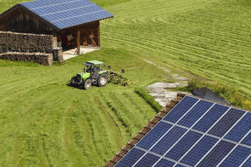 SOLAR-PANELS-FARMLAND-SOLAR-POWER-NI